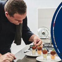 שף טל כהן מכין קינוחים